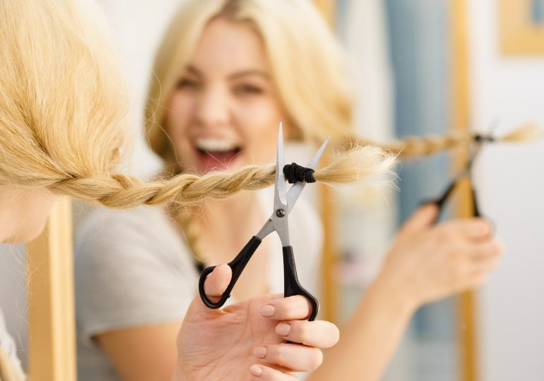Czy podcinanie włosów rzeczywiście sprawia, że kosmyki rosną szybciej? A jeśli tak, to jak często powinniśmy odwiedzać fryzjera?