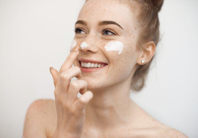 Jak aplikować filtr przeciwsłoneczny na twarz, aby uniknąć zmarszczek i przebarwień?