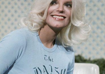 Lata 70. rządzą aktualnie fryzjerskimi trendami. Podpowiadamy, jak stylizować włosy w tym klimacie